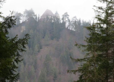 Aus dem Nebel taucht die St.Sebaldus Kirche auf